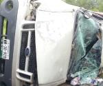 Volcadura deja tres muertos y 4 heridos
