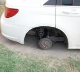 Dejan sin neumático a un auto estacionado