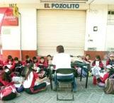 Alumnos toman clases en la calle