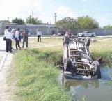 Vuelca en canal de desagüe camioneta al descontrolarse