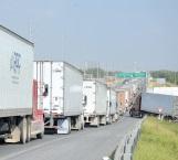 Congestionan carreteras largas filas de tráilers