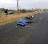 Mueren 2 motociclistas al chocar con un camión