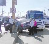 Aparatoso accidente entre carro y microbús