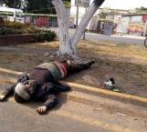 Roba celular, derrapa en moto y muere