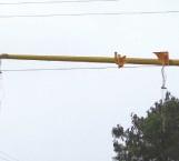 Camionero se lleva semáforo de corbata