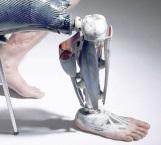 Jóvenes universitarios crean prótesis biónica