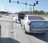Le fallan los frenos y se impacta con auto que hacía alto