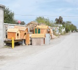 Invaden calles y banquetas con casas de madera