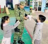 Visitan soldados a pequeños en sus centros escolares