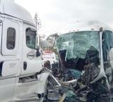 Choca autobús contra un trailer