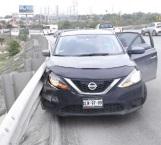 Derrapa auto y se estrella contra barrera
