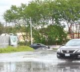 Colapsa drenaje e inunda calle de Las Lomas