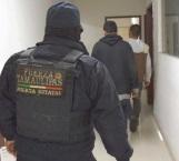 Arrestan a tres por drogarse en vía pública