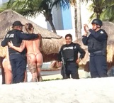Posan policías con turistas en QR