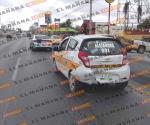 Hacen carambola un taxi y dos patrullas en bulevar Hidalgo