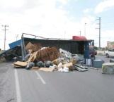 Se vuelca camión que transportaba cartón