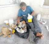 Busca comida entre la basura