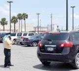 Conquistan espacios cuidadores de carros en estacionamientos