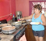 Da de comer a necesitados afectados por la lluvia
