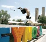 Muestra destreza practicando parkour en la Plaza Principal