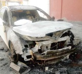 Arde auto por cortocircuito