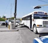 Choca un microbús, causa daños