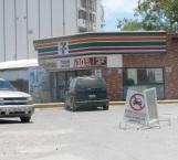 Irrumpen ladrones en una tienda destrozando vidrio