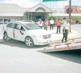 Evita atropello; destroza su auto