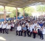 A clases más de  25 mil estudiantes