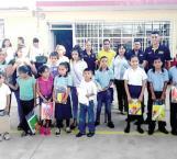 Ayudan a alumnos de escasos recursos