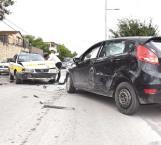 Dos lesionados en taxi al atravesarse una mujer con auto