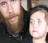 Nació con ojos plateados y la abandonaron en un orfanato