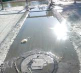 Construyen vecinos bordo para evitar que aguas negras lleguen hasta sus viviendas