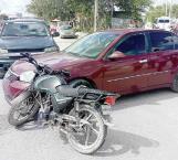 No cede el paso, arrolla y lesiona a motociclista