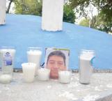Recuerdan a desaparecidos con velas blancas en plaza B. Juárez