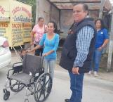 Benefician a una familia con entrega de silla de ruedas