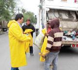 Entrega alcalde impermeables a trabajadores