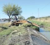 Desazolvan dren con apoyo de maquinaria pesada