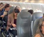 Viaja Presidente López Obrador en vuelo comercial y es presentado a la tripulación
