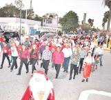 Alcalde y su esposa en desfile navideño