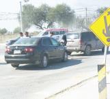 Por alcance choca auto contra una camioneta