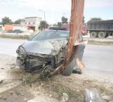 Se le atraviesa un poste choca y abandona auto