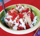 Ensalada griega de tomate y pan crujiente