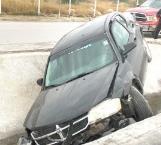 Automóvil se proyecta a canal de desagüe