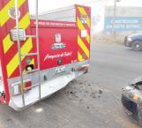 Ebrio choca contra unidad de bomberos