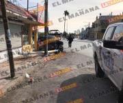 Choca vehículo contra un poste en bulevar Hidalgo