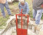 Cambian compuertas en canales de riego