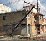 Se impacta vehículo contra un poste en zona centro