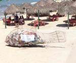 Artista instala basureros con forma de peces gigantes en playas de México