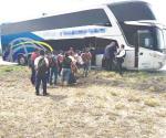 Bajan 15 migrantes de autobús
